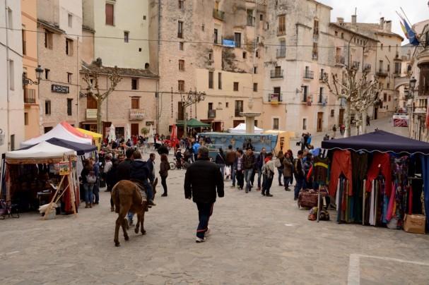 Feria de Pascua en la plaza principal de Bocairent