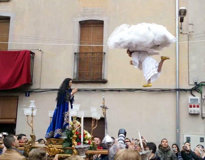 L'Angelet de la Corda ya atraviesa la plaza de Alfarrasí